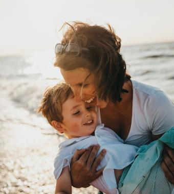 mère et fils à la plage